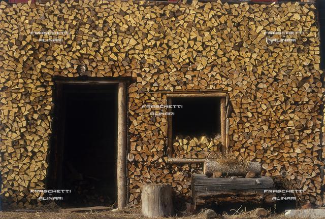 Sappada (Veneto): una legnaia durante l'inverno