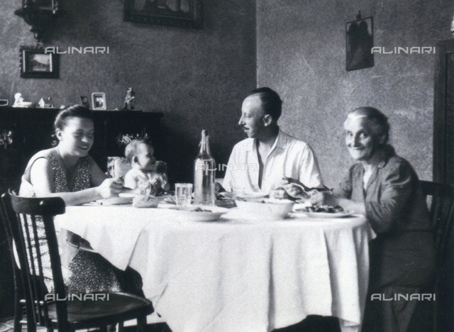 """Group at the table"", self-timer with family Ferrini"
