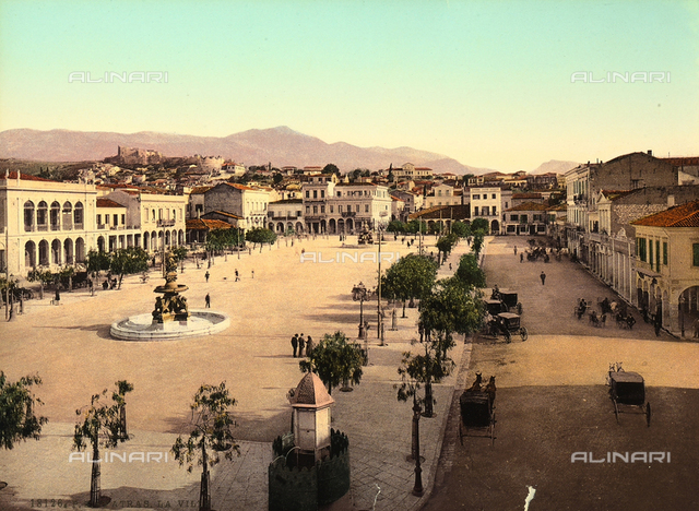 Foroshortened view of the city of Patras and its citizens.