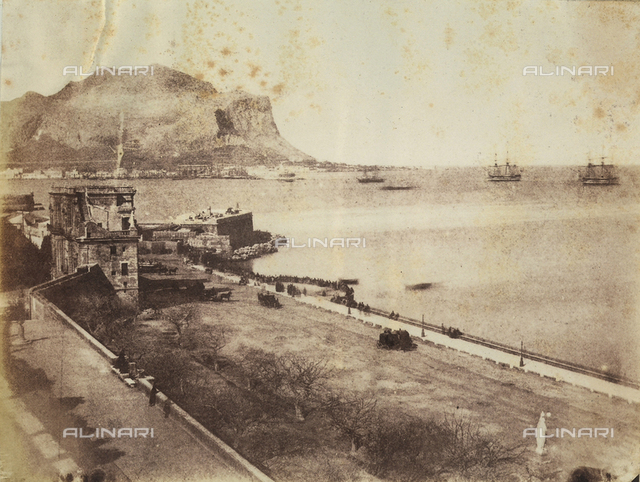 """""""Palermo from Butera Palace. Mt. Pellegrino - Porta Felice - HMS Superb. HMS Queen"""". Il Monte Pellegrino e la Porta Felice che dominano la costa palermitana, al largo della quale è ormeggiata la reale flotta navale inglese"""