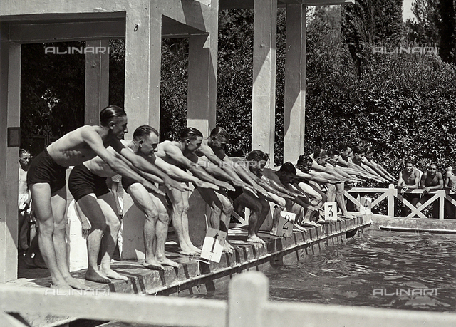 Amateur swimmers ready for diving, for the title of fast swimmer