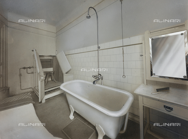 Inner view of an ambulatory of an Institute for physiotherapeutic treatment, with a bathtub and a cabinet with mirror