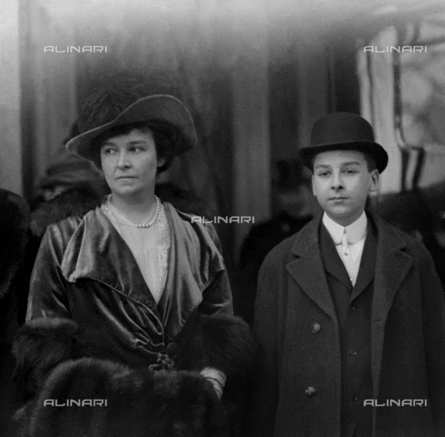"""1910 ca, New York, USA : The rich Sarah Cantine SHRADY (1870 ca - 1951), wife of New York multimillionnaire GOULD family Railways magnate EDWIN GOULD Sr. I (1866 - 1933) with elderst son Edwin GOULD Junior II (1894 - 1917) dead young aged 23 years old in 1917 for an accident at sea. Edwin Sr. was one of 6 sons of """" Robber Baron """" and builder of railways JASON JAY GOULD (1836 - 1892) and Helen Day Miller (1838 - 1889)."""