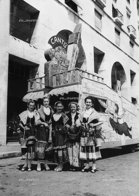 Fifth Centennial of the birth of Christopher Columbus - Colombiadi Sportive in Genoa: a group of women in traditional Sicilian costumes, processing with the cart representing the city of Cantù