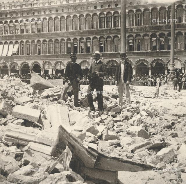 Le macerie del Campanile della Basilica di San Marco, crollato il 14 luglio 1902 in Piazza San Marco a Venezia