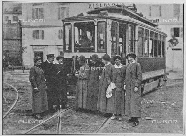 "Italian women for war: group bigliettaie and manovratrici front of a tram. Photography taken from the magazine ""Illustration Italian"" of May 20, 1917, n. 20, page 425"