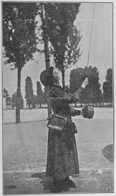 "Italian women for war: woman driving a trolley. Photography taken from the magazine ""L 'Illustration Italian"" of May 20, 1917, n. 20, page 425"