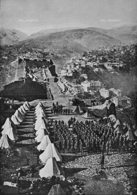 "The advanced Italian in Albania: the journal of the Italian troops and regular Albanians before the advance in the castle of Gjirokastra. Photography taken from the magazine ""L 'Illustration Italian"" of August 4, 1918, n. 31, page 87"
