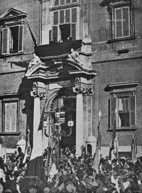 """The King returns to Rome after the victory: the crowd greets the King Vittorio Emanuele III, the queen and the crown prince to the balcony overlooking the Quirinale Palace in Rome. Photography taken from the magazine """"L 'Illustration Italian"""" of November 24, 1918, n. 47, page 463"""