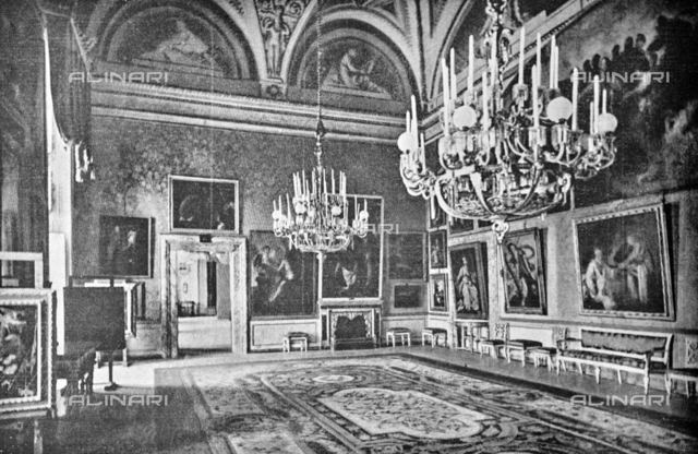 "Pitti Palace Green Hall where they were exhibited the paintings of Domenico Fetti and Bernardo Strozzi for the exhibition of Italian painting of the seventeenth and eighteenth centuries. Photograph taken from the magazine ""L 'Illustrazione italiana"" of 25 June 1922, n. 26, page 760; on the right-hand wall we can see the Santa Caterina d'Alessandria by Bernardo Strozzi, now in the Uffizi"