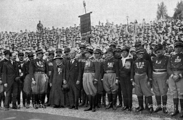 A portrait of Benito Mussolini with a group of Garibaldini