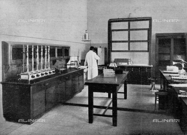 """Serology Laboratory of Regina Elena Institute in Rome, photography taken from the magazine """"L'Illustration Italian"""" of 18 november 1934, page 781"""