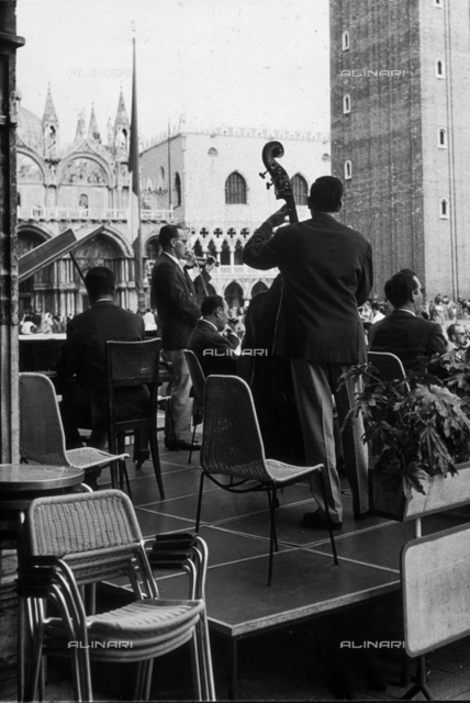 Small orchestra of the Caffé Quadri in Piazza S. Marco in Venice. In the background are visible St. Mark's Basilica and the Palazzo Ducale