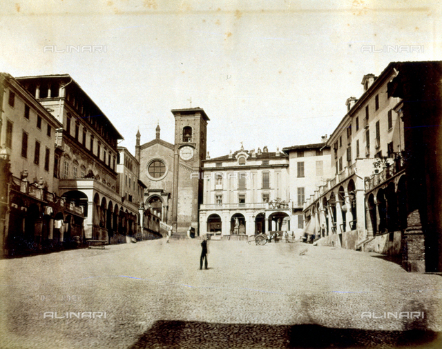 Piazza Vittorio Emanuele II in Moncalieri. The square is flanked by terraced porticoes. In the background the Church of Santa Maria della Scala