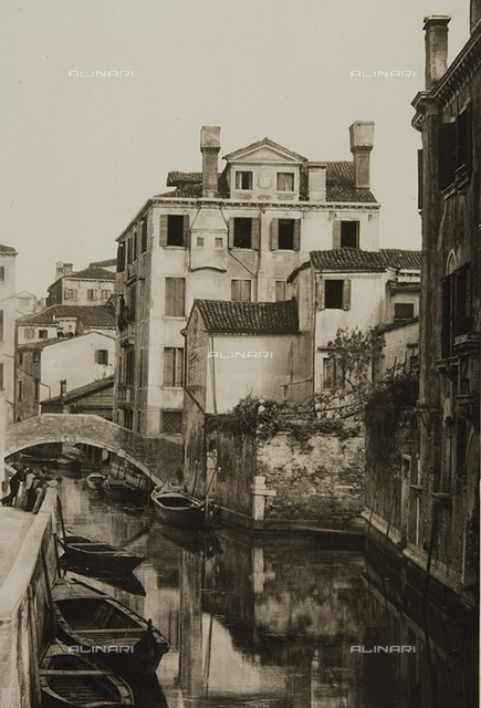 Animated view of a canal in Venice