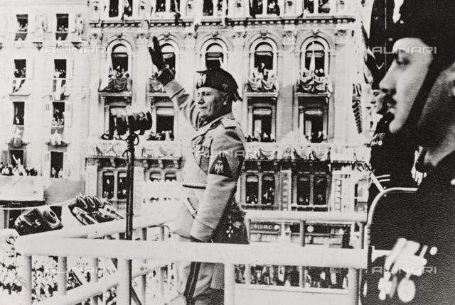 "Album "" Duce "": Benito Mussolini salutes the crowd"