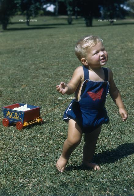 Bambino con un carretto-giocattolo; America