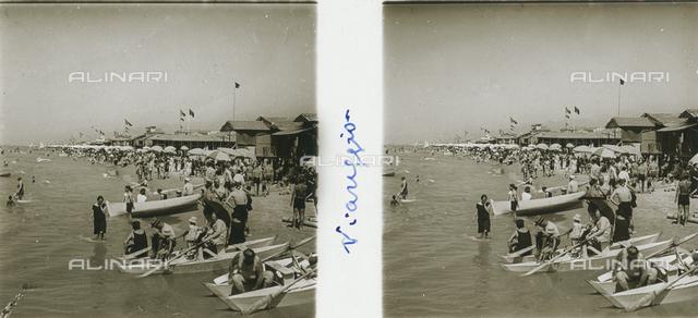 Swimmers on the beach of Viareggio, stereoscopic photography