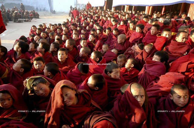 China, Sichuan, Aba Festival, the birth anniversary celebration of Tsong Khapa, Geerdeng biggest monastery of the region with 3000 buddhist monks of scuola Gelugpa sect, yellow hats, little moks