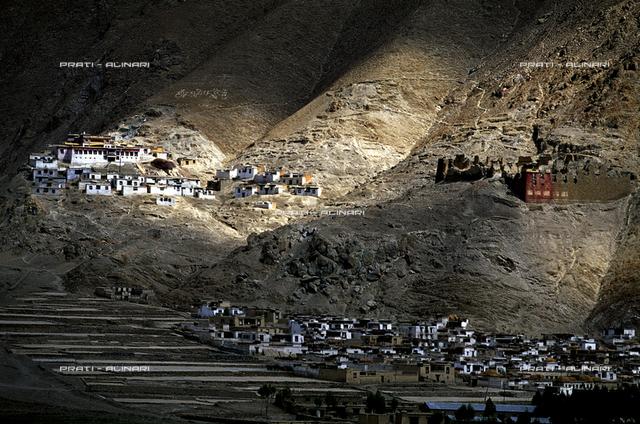 TIBET - valle di Chogye con il monastero di Riwo Dechen