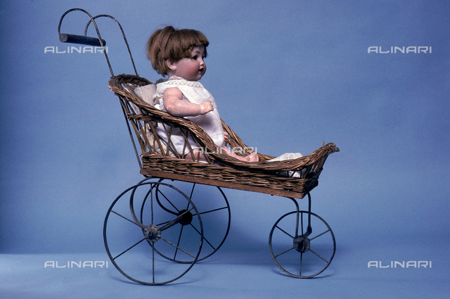 Wicker baby carriage with Bebé Caractère