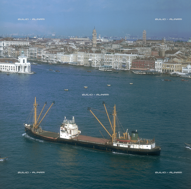 "Venice, transport ship at the ancient ""Dagano del mar"""