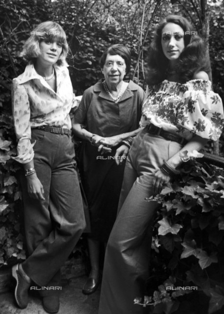 Marisa Berenson (on the right, born in 1947), American actress, her sister Berry Berenson and their maternal grandmother Elsa Schiaparelli (1890-1973), Italian-born French top designer.
