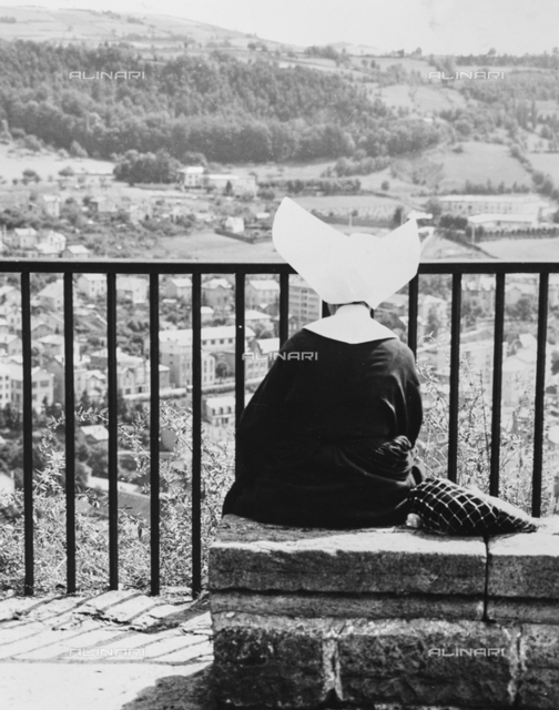 Nun who observes the scene in Le Puy