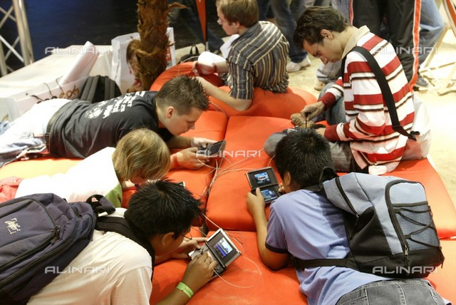 Games Convention 2007: group of young people play videogames