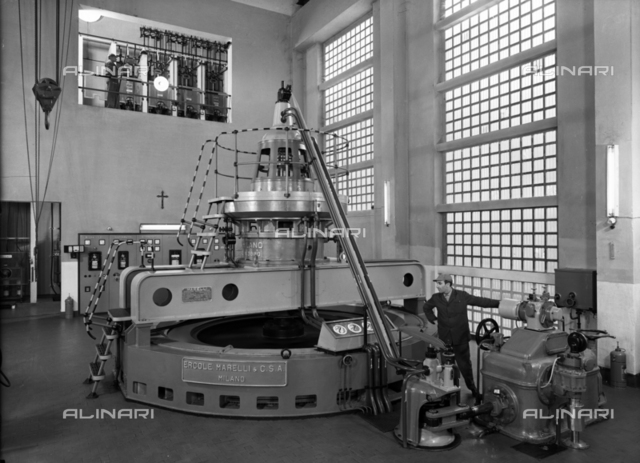 A room in the Broggi-Izar factory with a large machine in the middle with a worker at work