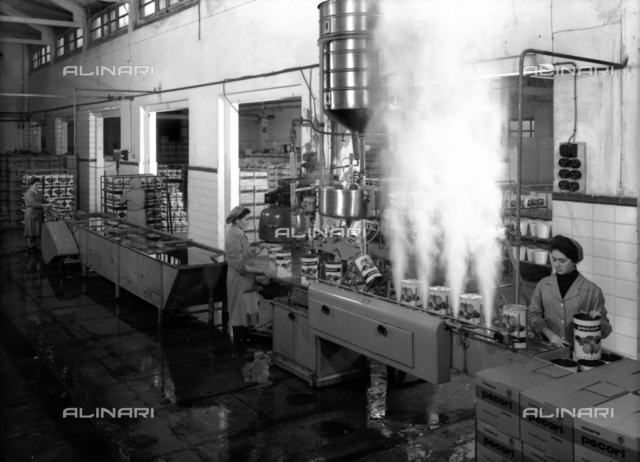 Interior of the Pecori Factory of preserved, workers to work in front of the machines