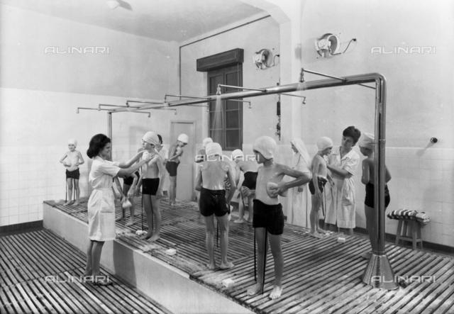 Camp d'été pour les enfants des employés de l'usine de papier Burgo: children to the showers
