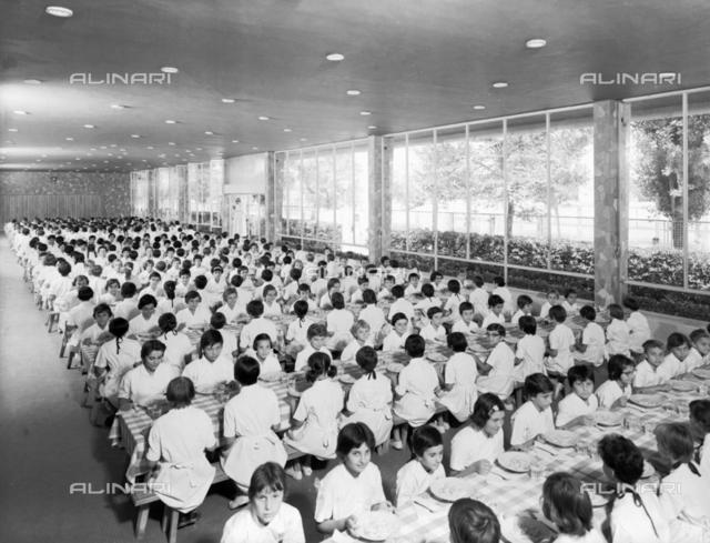 Camp d'été pour les enfants des employés de l'usine de papier Burgo: children in the refectory