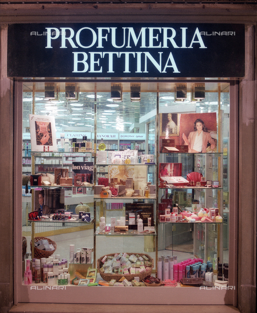 Showcase and input of Perfumery shop Bettina furnished with the company Arbot Bologna