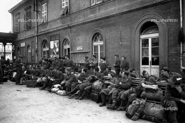Refreshment of soldiers in station in front of the province after work building, Bologna