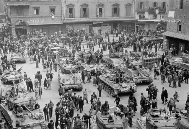 View from above of Piazza del Nettuno in Bologna, during the Liberation 1945: Polish allied troops with numerous tanks fraternize with the citizens