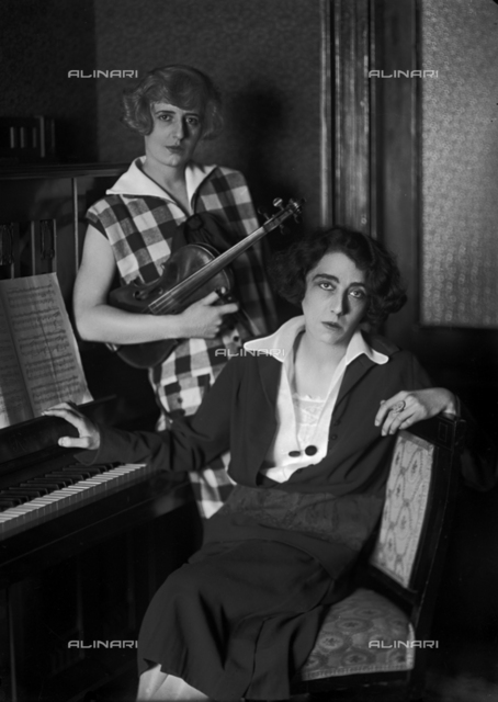 Two musician sisters, the woman on the left is the wife of the painter Edmondo Passauro