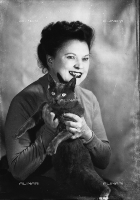 Portrait of Wanda Wulz with her cat Plunci