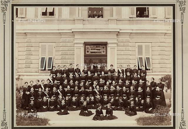 """Ritratto di gruppo delle allieve della scuola """"Notre Dame De Sion"""" davanti all'entrata dell'edificio."""
