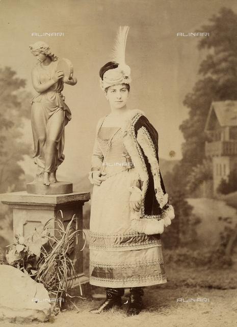 Ritratto a figura intera di un'attrice in costume teatrale.