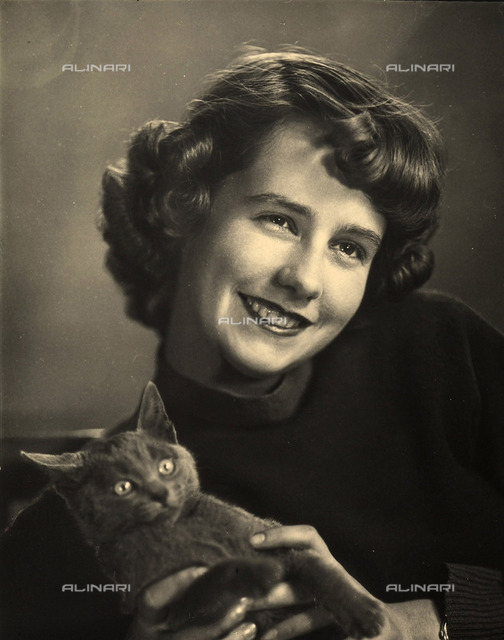 """Portrait of a smiling Anna Maria """"Tucci"""" Baldussi, together with """"Pippo"""", Wanda Wulz's cat"""