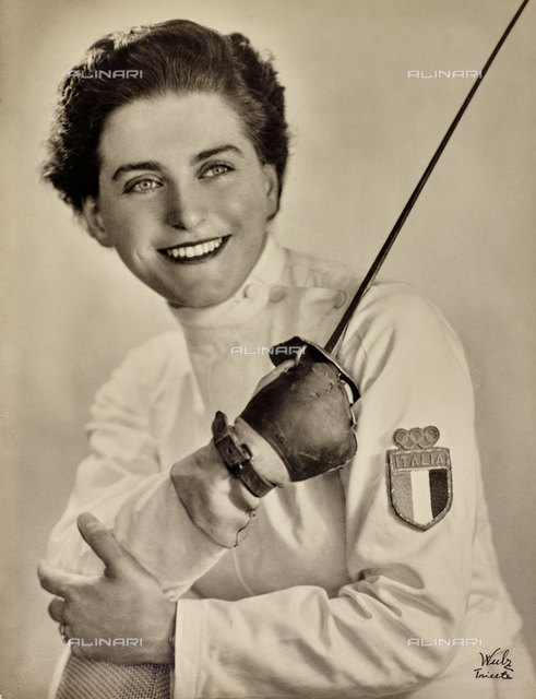 Portrait of Irene Camber, smiling and with a fiol in her hand, after her olympic fencing victory