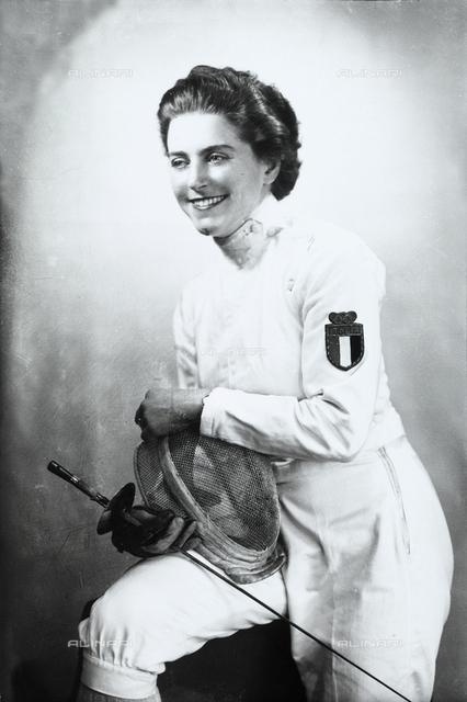 Irene Camber in tenuta sportiva (olimpionica della specialità fioretto nel 1952)